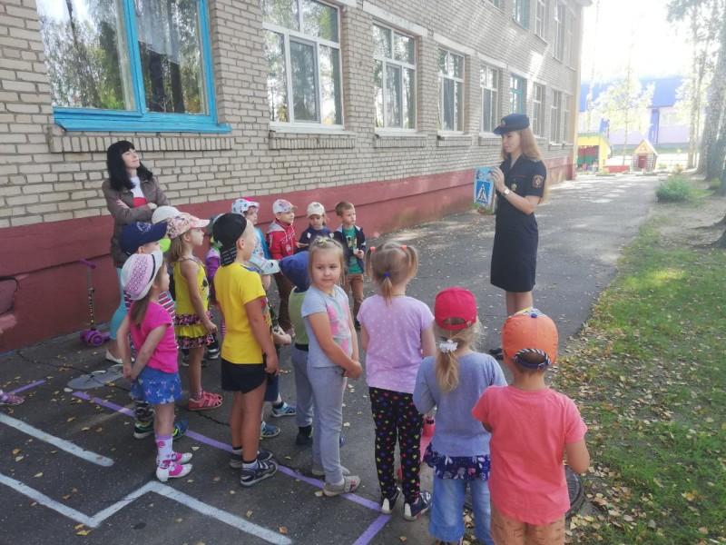 На фото: в рамках проведения профилактической акция «Внимание – дети!» сотрудники ГАИ рассказывают детям о ПДД и проводят практические занятия на автогородке.