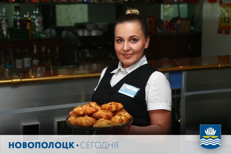 Официант Марина Велюга представляет продукцию производства ресторана