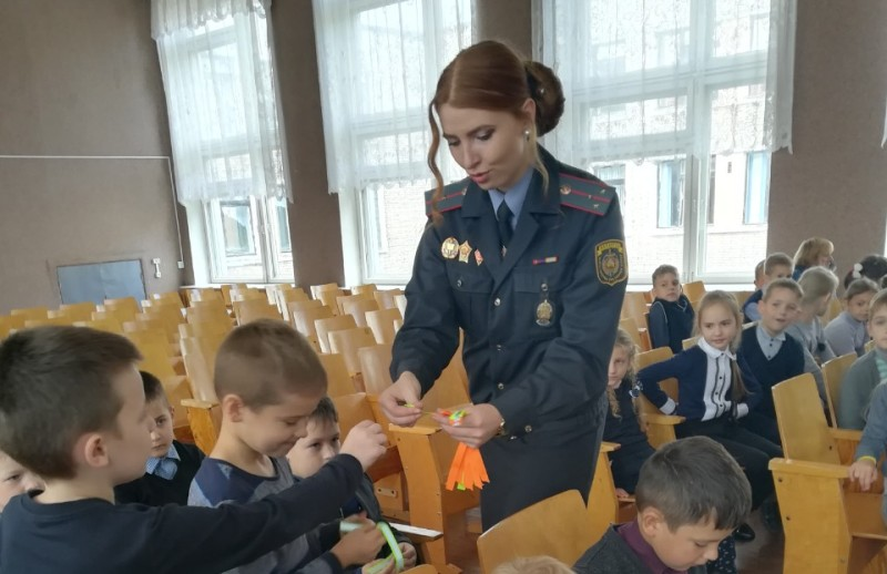 Надежда Касперович раздает фликеры учащимся СШ №7 г.Новополоцка