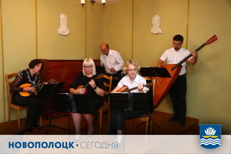 В музыкальной школе депутатов встречал инструментальный ансамбль