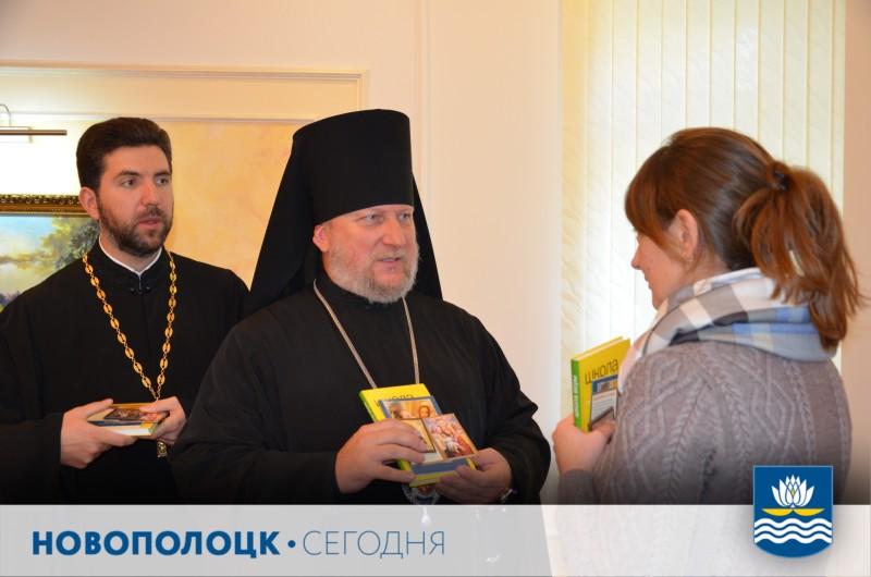 Епископ Игнатий преподнес в дар журналистам иконки и книги