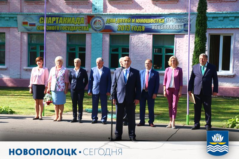 Вячеслав Дурнов поздравляет учеников-спортсменовс началом учебного года