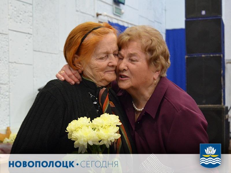 Зинаида Маркевич (справа) поздравляет Елену Васильевну Стук
