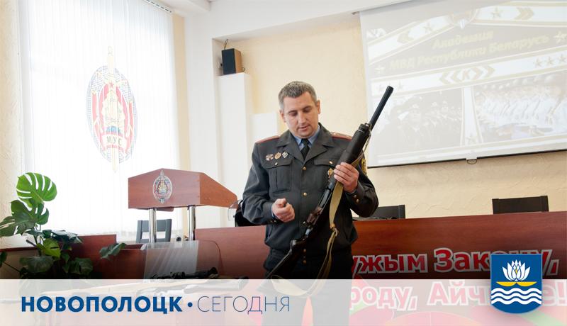 Старший инспектор по разрешительной работе отдела охраны правопорядка и профилактики Александр Шикин рассказывает о возможностях многофункционального карабина КС-23.