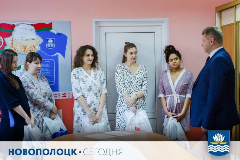 Первый заместитель председателя Новополоцкого горисполкома Сергей Семёнычев поздравляет новополочанок с пополнением в семье
