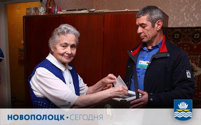 Ядвига Попова голосует
