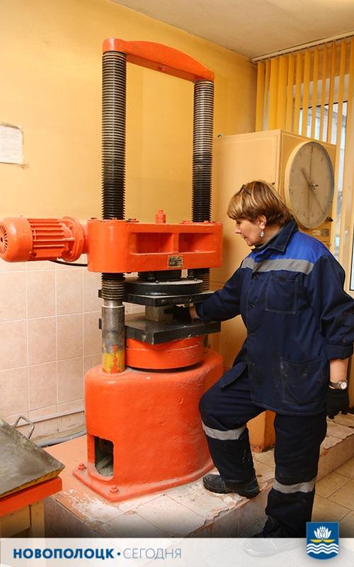 Лаборант отдела контроля качества продукции  Елена Бурмагина проводит испытание  бетона на прочность