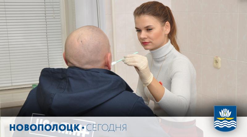 Екатерина Князюк проводит анонимное экспресс-тестирование для определения ВИЧ-статуса по слюне. Его результат готов всего за 15 минут