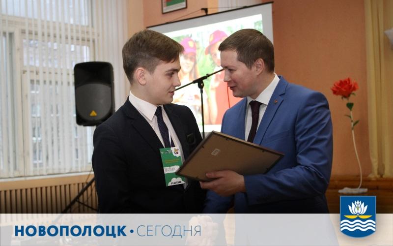 А.Прохоров награждает СШ №14