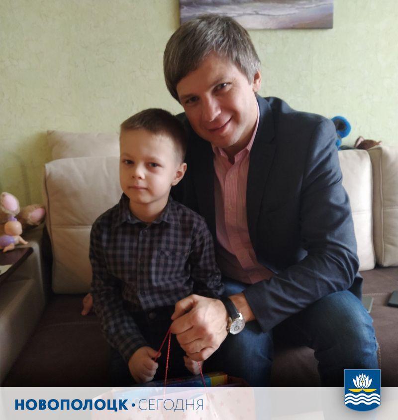 Вадим Девятовский поздравляет Олега Фомина с Новым годом