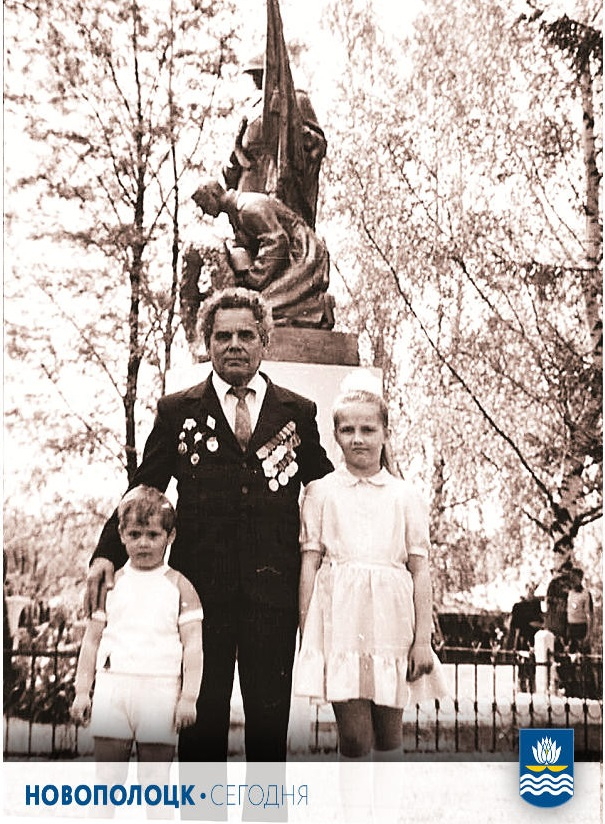 1986 год, Боровуха-1. Константин Зимаков с внучкой Таней и внуком Артемом