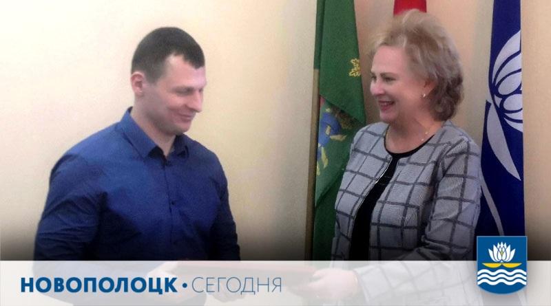 Валентина Мартыненко вручает награду Вадиму Валейтёнку1