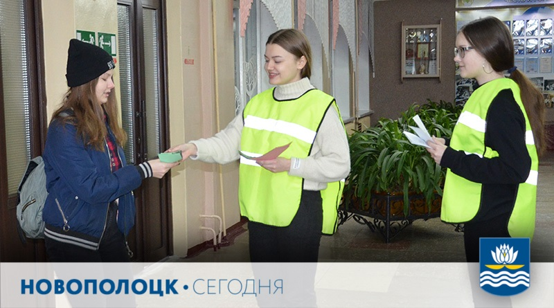 Юные инспектора дорожного движения СШ №7 Полина Дулинец и Ирина Даниловская раздают листовки с информацией о том, что водитель видит пешехода с фликером на расстоянии 150 м, а без фликера – 50 м.