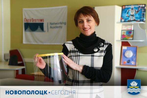 Анна Тверитнева с образцом защитного экрана для медиков Анна Тверитнева с образцом защитного экрана для медиков
