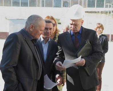 Комиссия (Альберт Шакель слева) во время посещения НЖБ