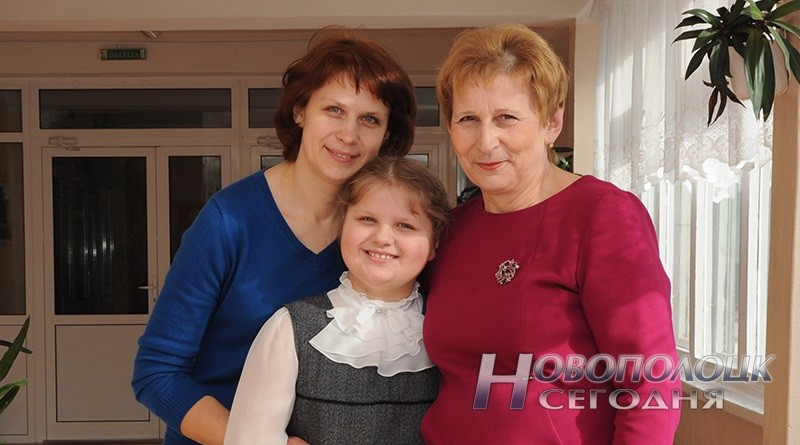 Вера Степановна вместе сдочкой Ольгой ивнучкой Анной встенах родной гимназии №2