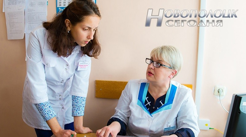 Помощник врача Екатерина Шаминко консультируется у Светланы Громовой