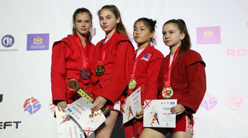 На фото Алина Рубцова крайняя справа