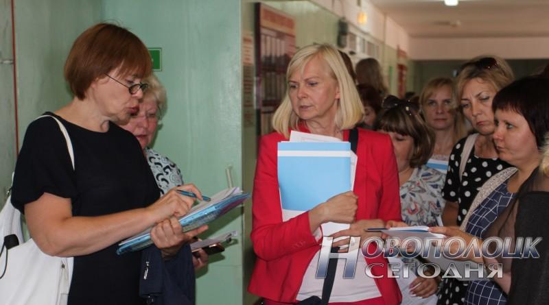 Оценку доступности здания СШ №11  проводит Наталья Лазовская (справа)