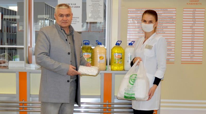 Денис Евстигнеев передает благотворительную помощь Екатерине Князюк