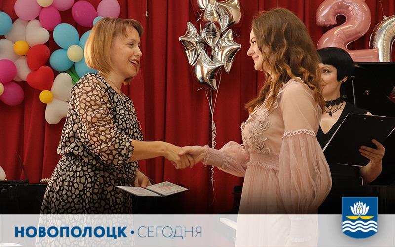 Наталья Молисова вручает диплом