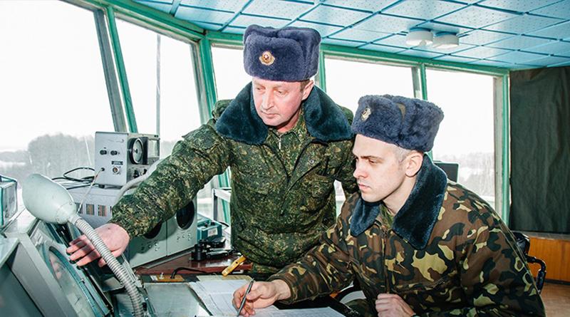 Сергей Муляренко и начальник группы радиотехнического обеспечения Кирилл Картель на диспетчерском пункте
