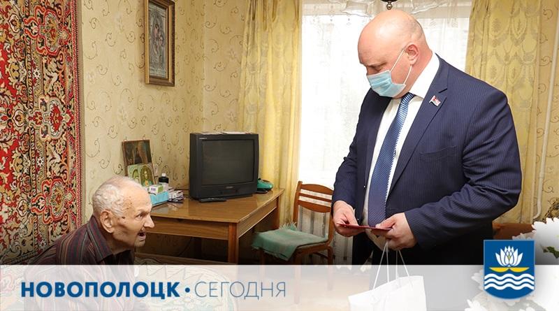 Дмитрий Демидов поздравляет Ивана Коваленко