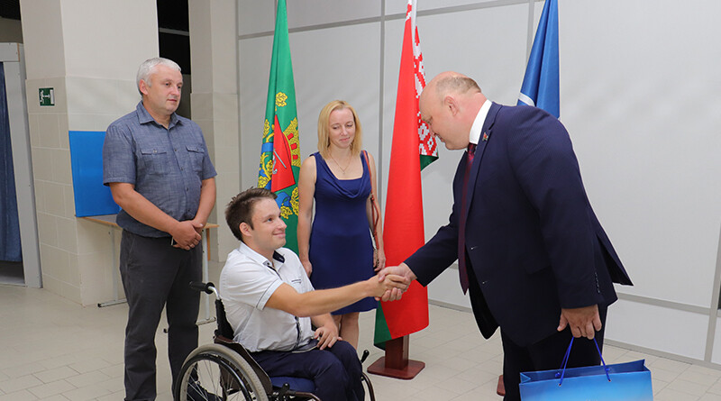 Дмитрий Демидов поздравляет Даниила Савёнка