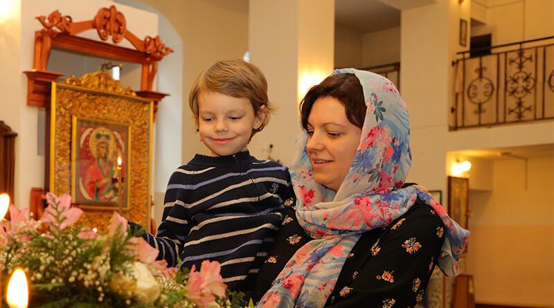 Наталья с сыном_Нечаянная Радость_расписание Богослужений