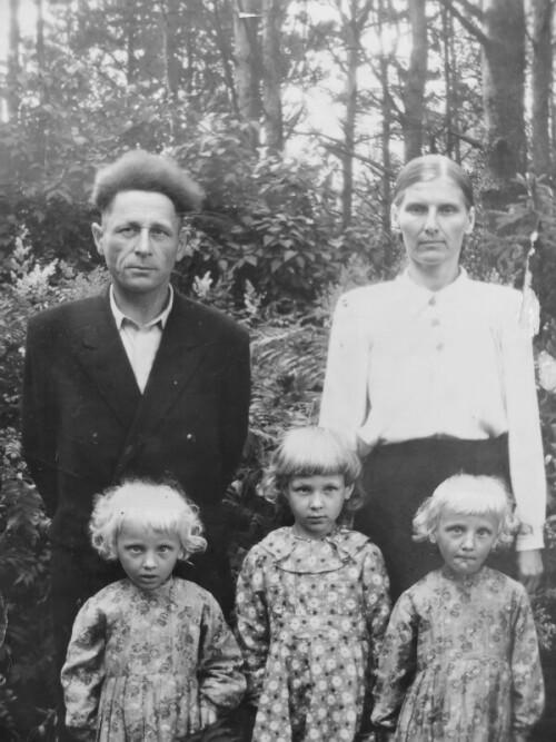 Прадедушка Сергей и прабабушка Нина Васькович с дочерьми