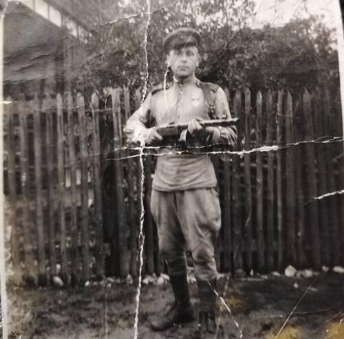 Прадед С. Васькович в военной форме и с боевым оружием